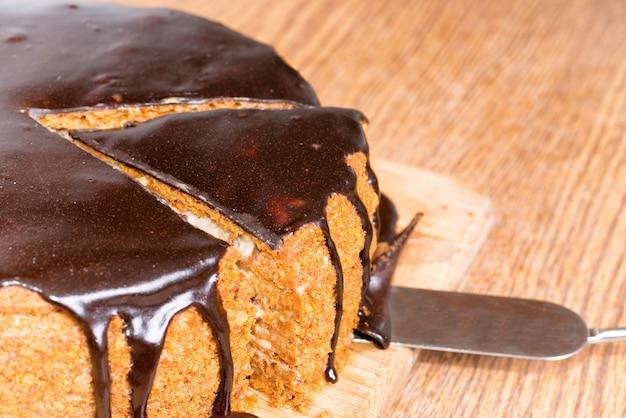 Gesneden chocolade verjaardagstaart geïsoleerd op een witte achtergrond