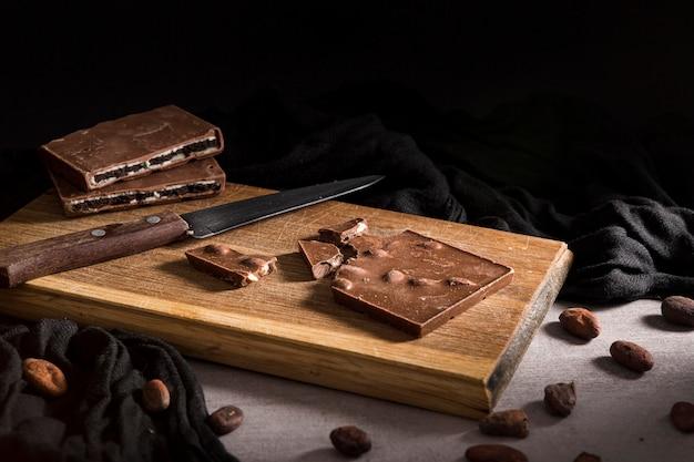 Gesneden chocoladereep op snijplank