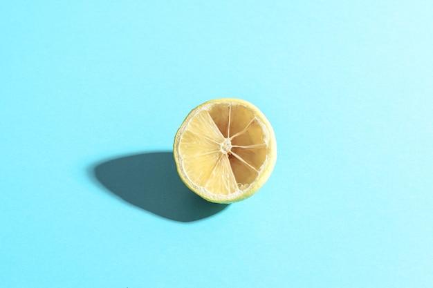 Gesneden citroen op een blauwe achtergrond