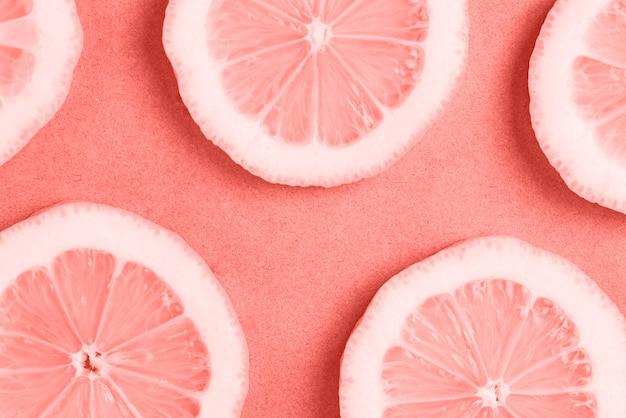 Gesneden citroen op levende koraalachtergrond