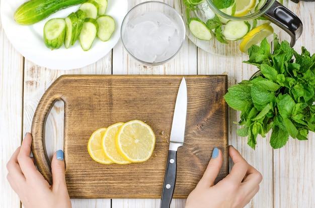 Gesneden citroen op snijplank voorbereid op limonade.