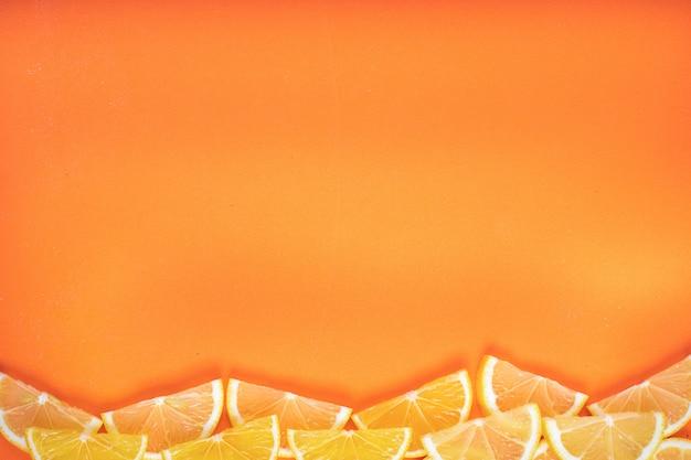 Gesneden citroenen met kopie ruimte op oranje oppervlak