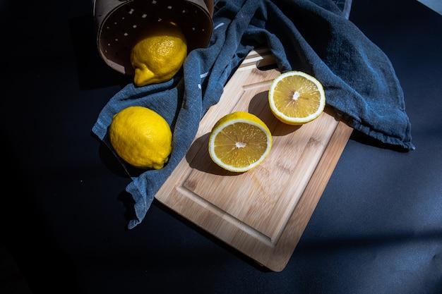 Gesneden citroenen op snijplank plat lag fruit