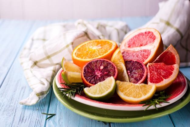 Gesneden citrusvruchten op de plaat