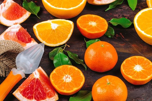Gesneden citrusvruchten past sappig op lijst dicht omhoog