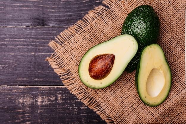 Gesneden door avocado tegen een donkere achtergrond