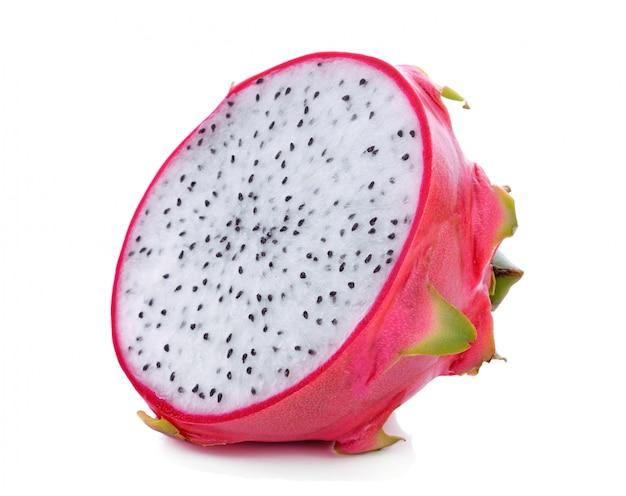Gesneden draakfruit dat op wit wordt geïsoleerd