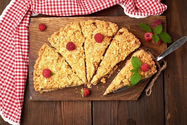 Gesneden driehoekige stukjes crumble pie met appels