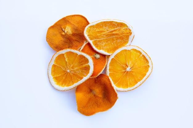 Gesneden droge sinaasappelen op wit