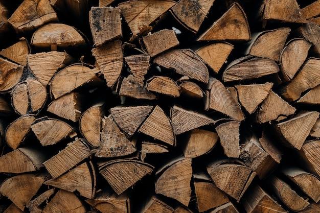 Gesneden en gestapelde boomstammen. hout voor open haard