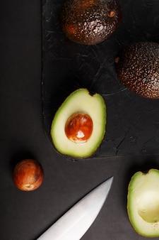 Gesneden en hele biologische avocado's en mes