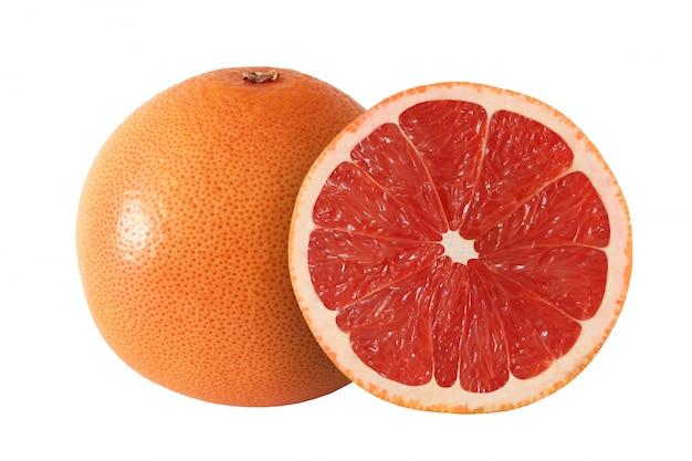Gesneden en hele grapefruit fruit geïsoleerd op een witte achtergrond met uitknippad