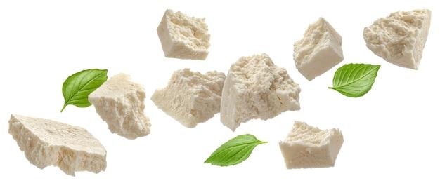 Gesneden feta in blokjes gesneden kwark geïsoleerd op een witte achtergrond