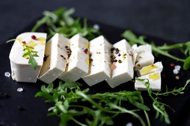 Gesneden fetakaas met kruiden en olijfolie.