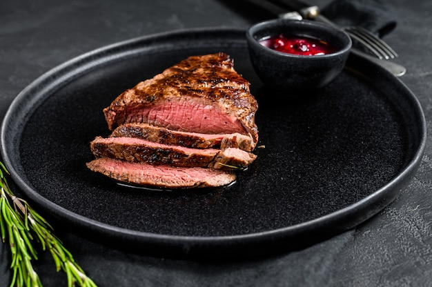 Gesneden gegrilde mignon steak. ossenhaas. bovenaanzicht