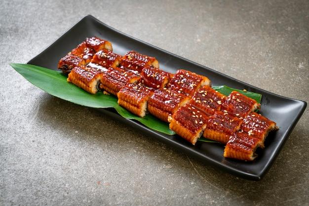 Gesneden gegrilde paling of gegrilde unagi met saus (kabayaki). japans eten stijl