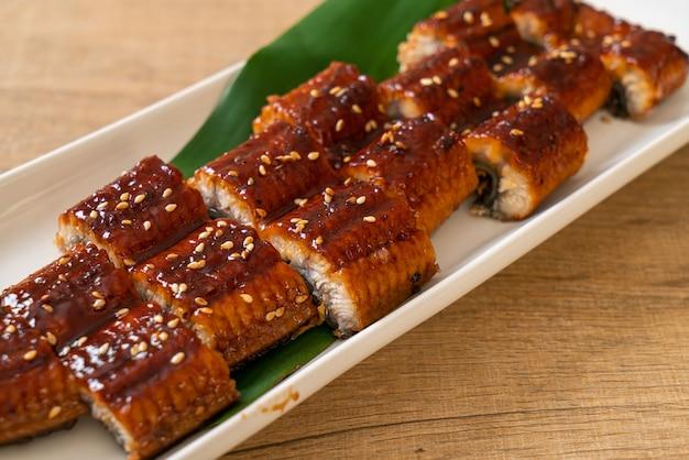 Gesneden gegrilde paling of gegrilde unagi met saus (kabayaki), japans eten