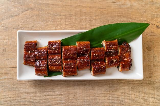 Gesneden gegrilde paling of gegrilde unagi met saus