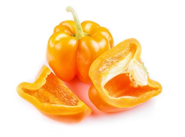 Gesneden gele paprika's die op witte achtergrond worden geïsoleerd.