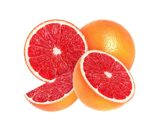 Gesneden grapefruit die op wit wordt geïsoleerd