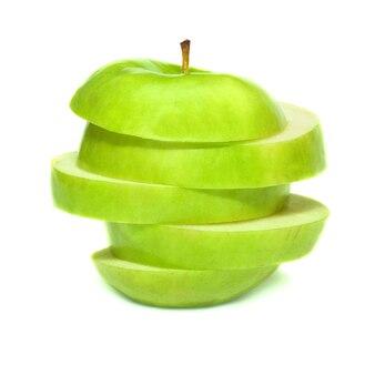 Gesneden groene appel geïsoleerd op een witte ondergrond