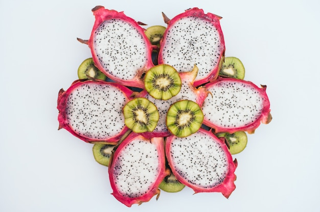 Gesneden groene kiwi en dragon fruit gevormd in de vorm van bloem.