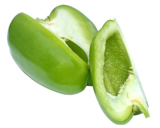 Gesneden groene paprika op witte achtergrond