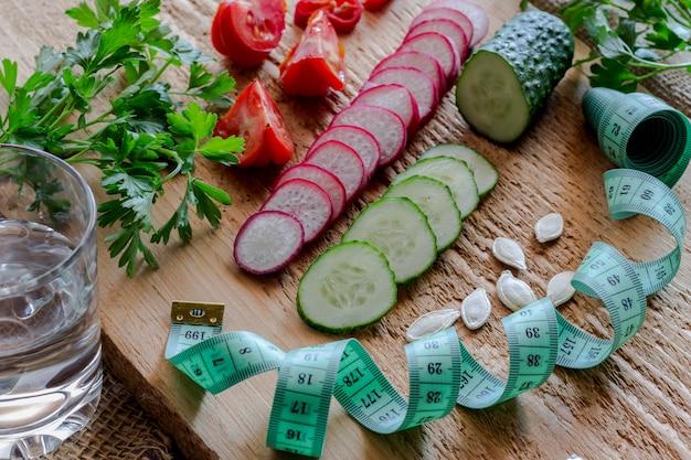 Gesneden groenten en groen meetlint