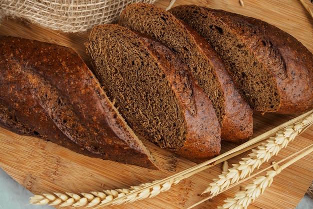 Gesneden half roggebrood op een houten bord