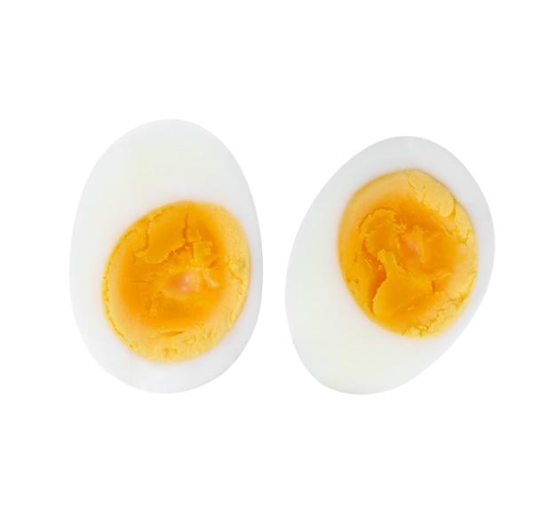 Gesneden hard gekookt ei op witte achtergrond