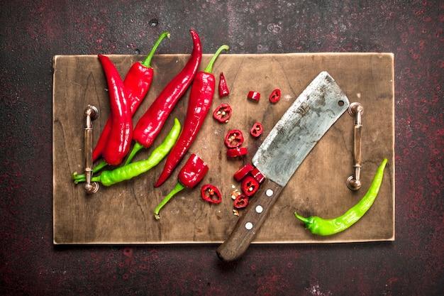 Gesneden hete peper op een oud bord.