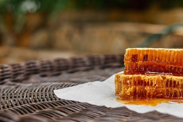 Gesneden honingraten met honing die in close-up op elkaar liggen.
