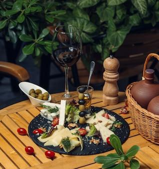 Gesneden kaas met olijven