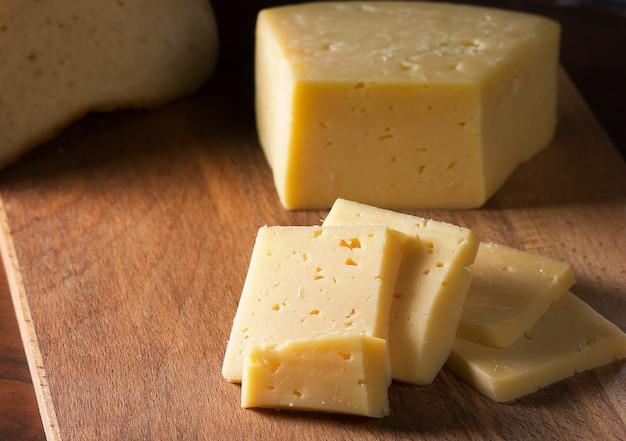 Gesneden kaas op een snijplank