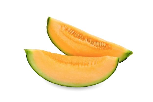 Gesneden kantaloepmeloen die op witte achtergrond wordt geïsoleerd