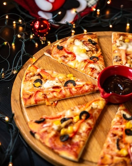 Gesneden kip pizza geserveerd met saus