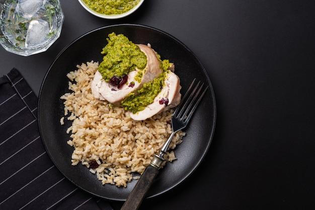 Gesneden kiprolletje met veenbessen, pesto en rijst.