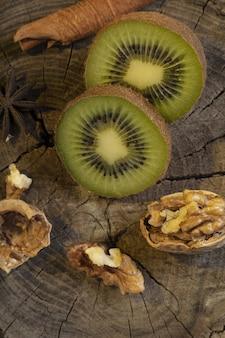 Gesneden kiwi en walnoot op de houten