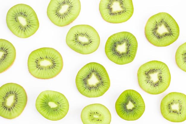 Gesneden kiwi geïsoleerd op wit