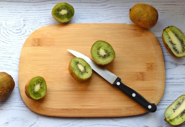 Gesneden kiwi op snijplank met mes