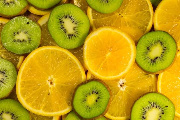 Gesneden kiwi's en sinaasappels voor achtergrond