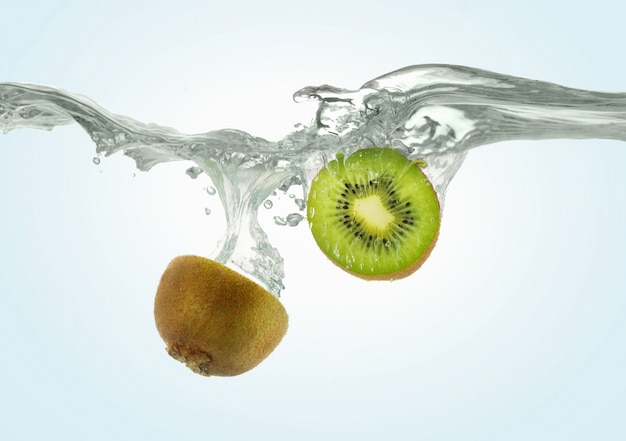 Gesneden kiwi valt in het water