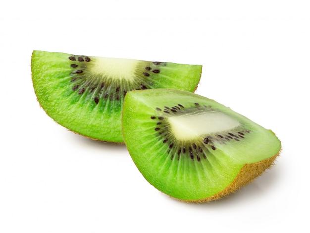 Gesneden kiwifruit dat op wit wordt geïsoleerd