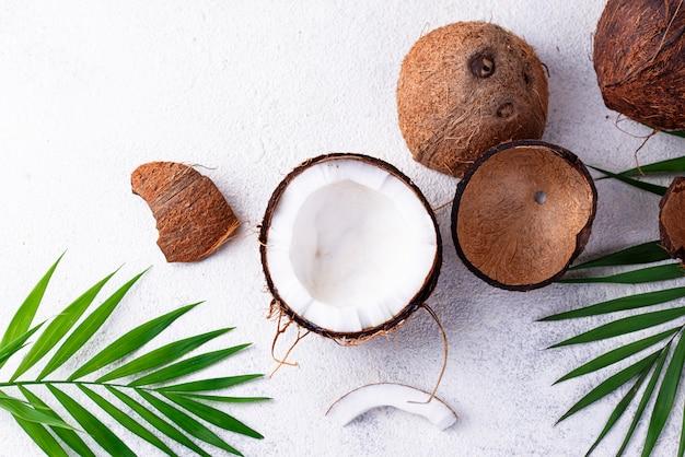 Gesneden kokosnoot en palmbladeren