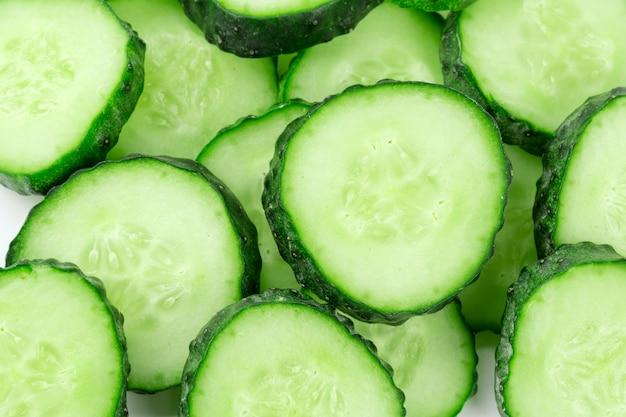 Gesneden komkommer geïsoleerd op witte achtergrond