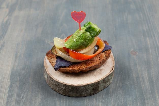 Gesneden komkommer met ui en gebakken broodje