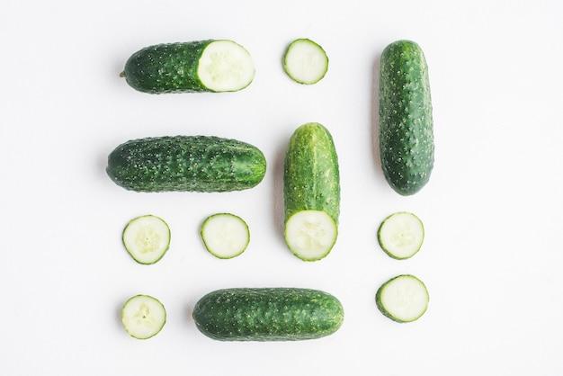 Gesneden komkommers op witte achtergrond