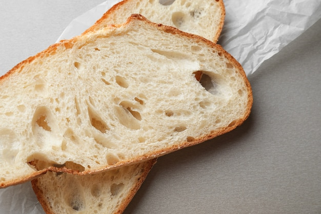 Gesneden lekker brood op grijze tafel, close-up