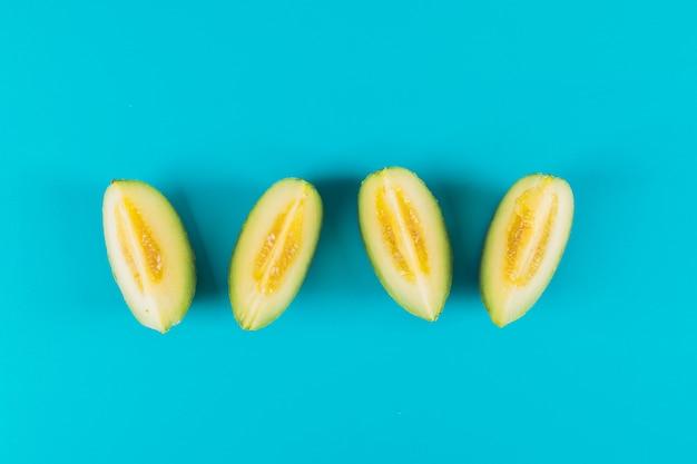 Gesneden meloen bovenaanzicht op een lichtblauwe achtergrond
