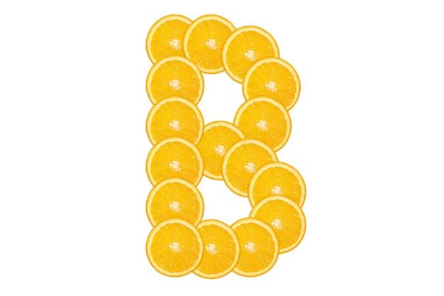 Gesneden oranje alfabet - letter b. geïsoleerde witte achtergrond. vers gezond oranje fruit. sappige lettertype.